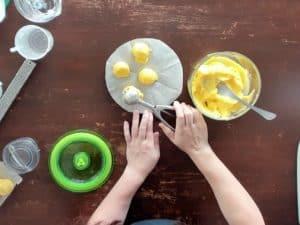 在芒果雪酪上挖出半圓形的小球,放在烘培紙上進冷凍至完全結凍