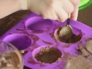 在模具內填入1/4量的 榛果巧克力冰淇淋