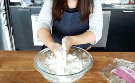 用手掌撈起部分麵粉輕搓麵粉與奶油