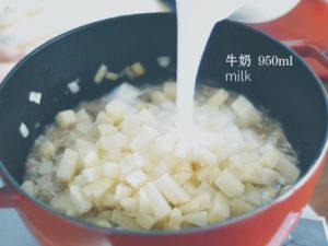 加入馬鈴薯、牛奶、月桂葉,鹽、胡椒調味