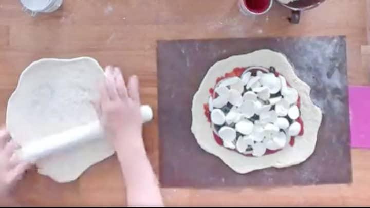 用桿麵棍將兩個麵團分別桿開成圓形