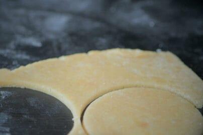 用餅乾模壓出與慕斯直徑一樣的大小