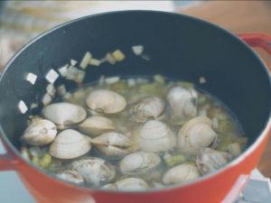 蛤蠣洗淨後,加入鍋中