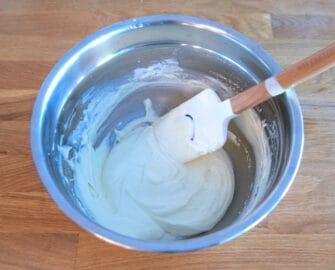 先快速攪拌,讓餡料回覆滑順的狀態