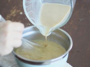 慢慢沖入蛋黃鍋中