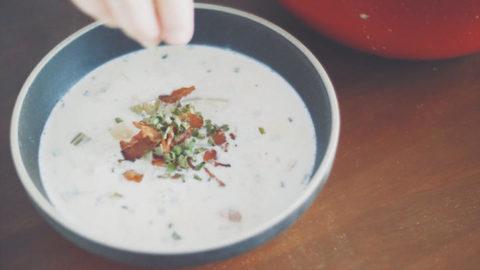 在碗中撒上培根碎、乾燥細香蔥