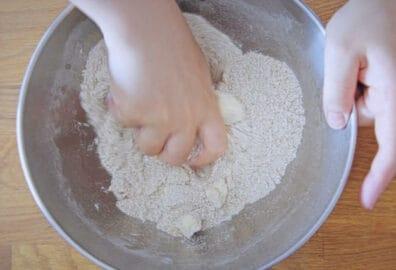 將奶油與粉類用手捏結合成一起