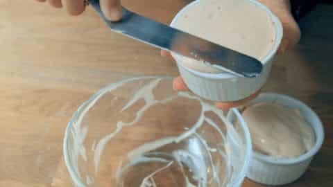 用刮刀刮除多餘的麵糊讓表面完全平整