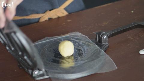 取約4公分大小的麵團放在機器的正中間