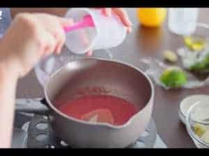果泥放進鍋子加熱至60度左右