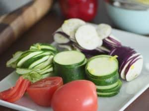 將櫛瓜、胡蘿蔔、茄子切成薄片