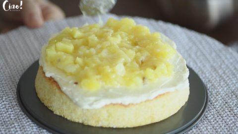 在蛋糕片上抹上一層椰子奶油霜,放上一層鳳梨餡
