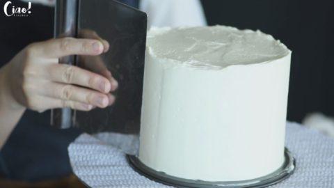 使用硬的刮板、刮刀將蛋糕整體抹均勻