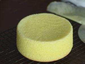 成功的海綿蛋糕脫膜後側邊直挺