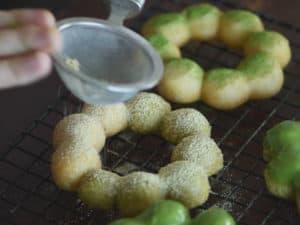可以撒抹茶粉、黃豆粉當裝飾配料