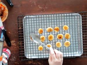 用鐵湯匙燒熱之後直接燙