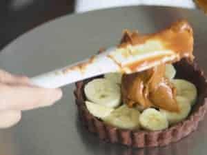 取適量的焦糖牛奶醬放在香蕉的空隙中