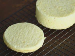 右上方是慕斯圈 vs. 左下方是蛋糕模具