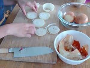 最後在表面放入圈圈狀的洋蔥做裝飾