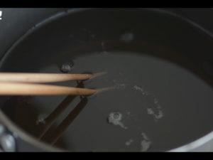 注意筷子在油鍋中產生氣泡的速度
