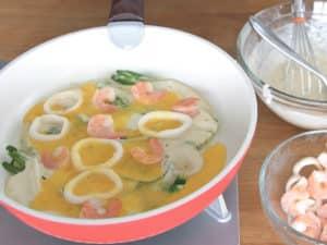 稍微轉動鍋子讓蛋液填充煎餅麵糊不圓的地方。
